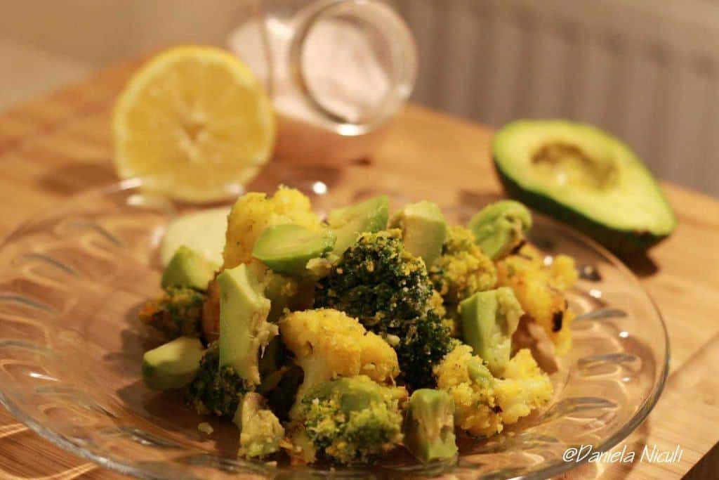 Brocoli si conopida crispy servit cu avocado si mujdei de usturoi