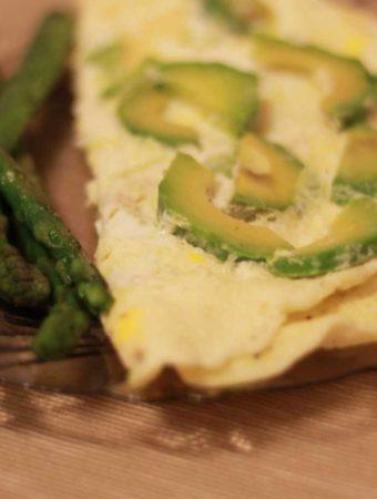 Omleta din albusuri cu avocado si sparanghel