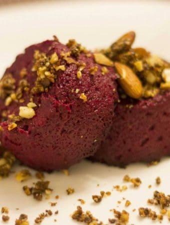 Desert raw cu sfecla rosie si unt de arahide