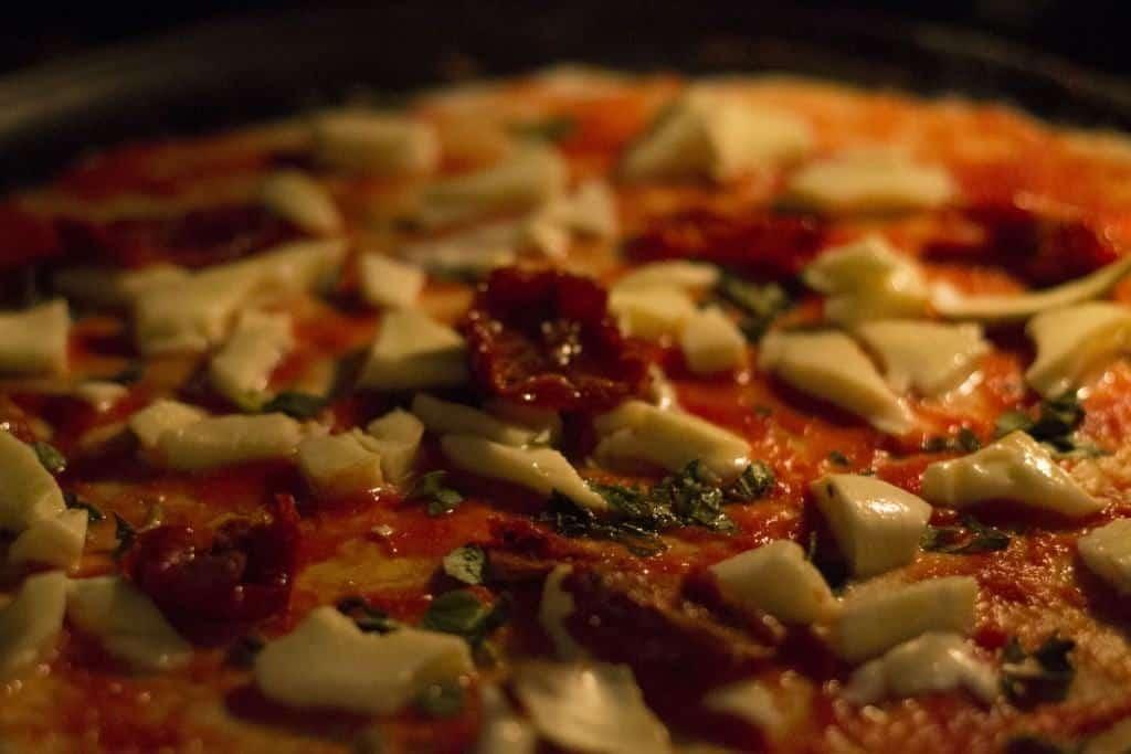 pizza cu creveti si rosii uscate