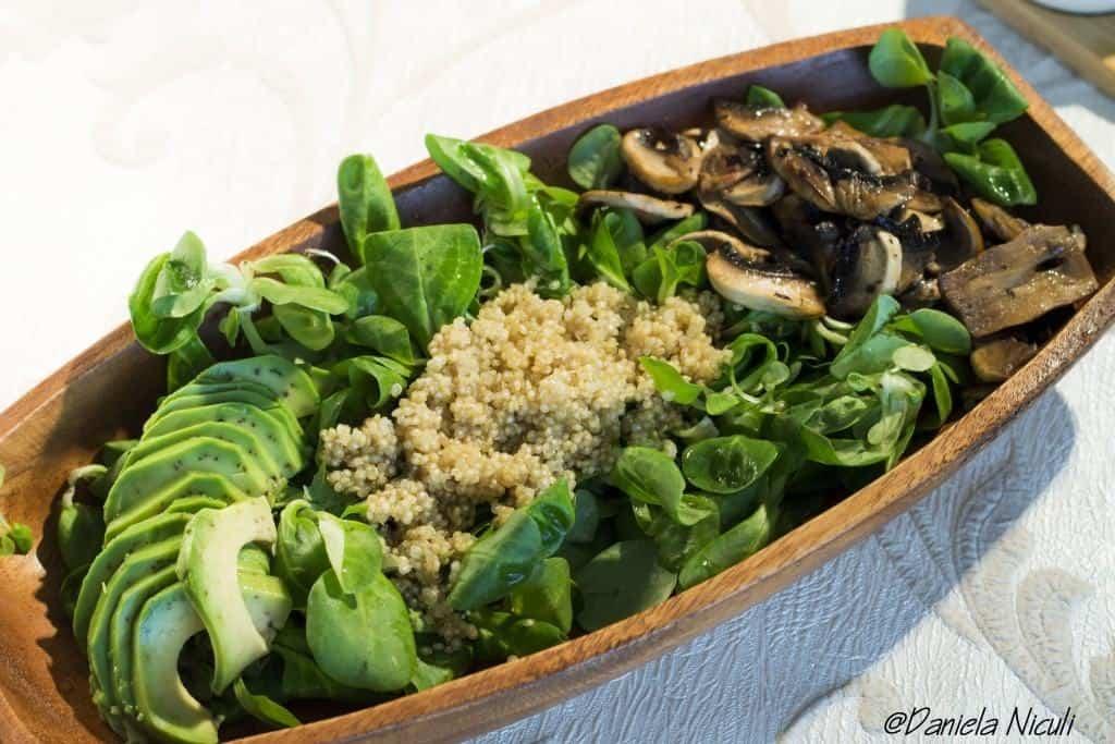salata de valeriana cu quinoa si sos de avocado