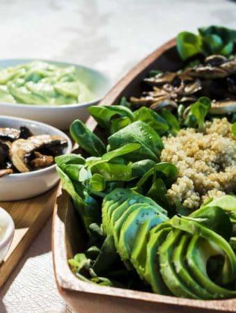 Salata cu valeriana, quinoa, ciuperci si sos de avocado