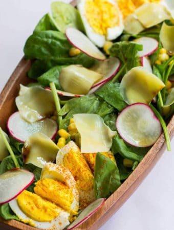 Salata cu baby spanac, ansoa, oua si anghinare