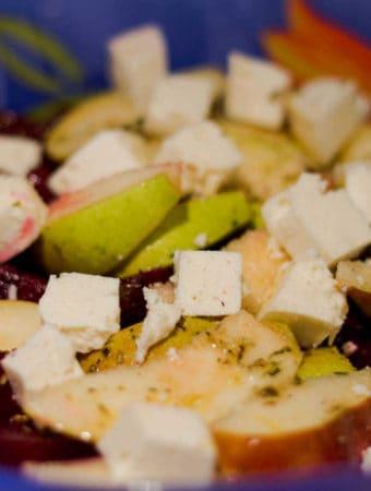Salata de sfecla rosie cu pere si branza de capra