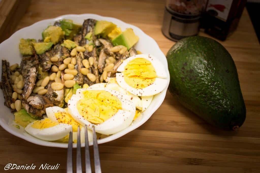 salata avocado si oua