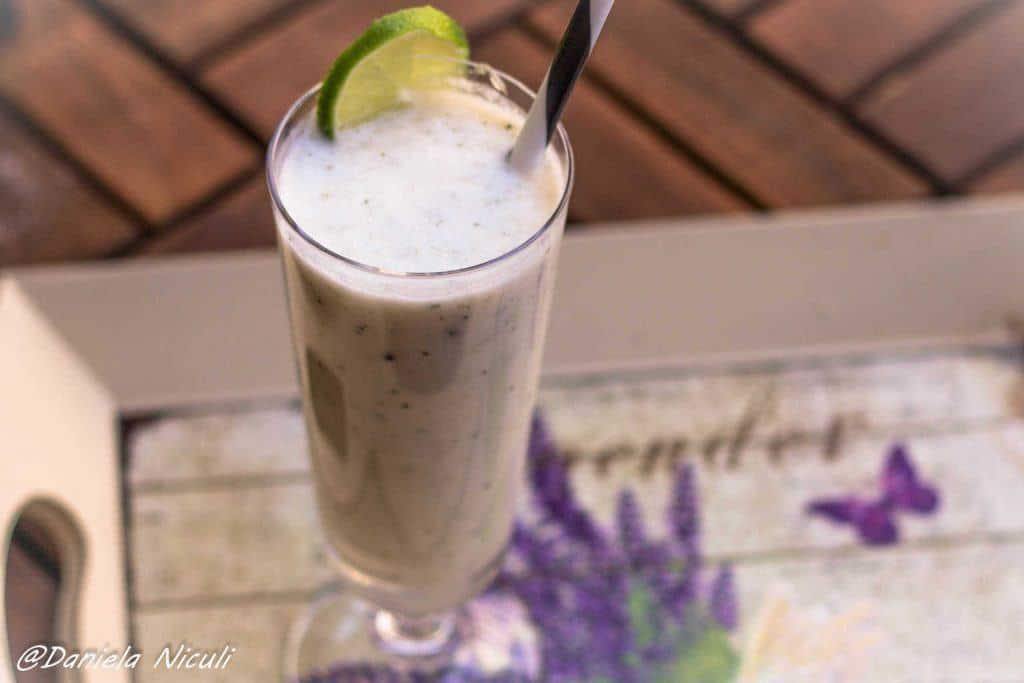 smoothie cu lapte de cocos si seminte de canepa