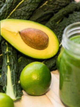 Smoothie cu kale, avocado si lime