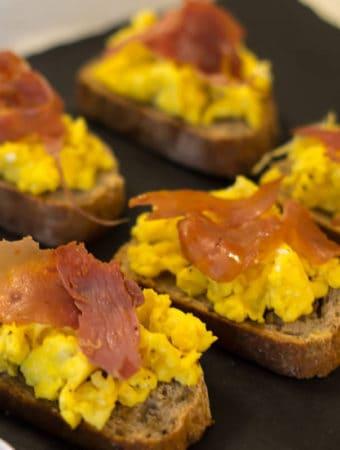 Bruschete cu omleta si jamon