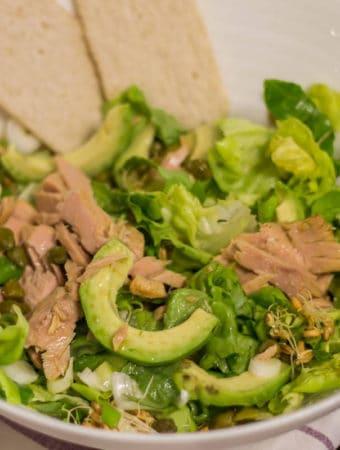 Salată cu ton, avocado și germeni