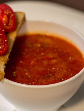 Supă de roșii cu cimbru și ardei kapia