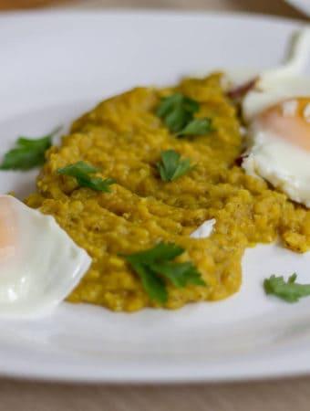 Mâncare de linte cu ouă sau ce mai mâncăm la micul dejun din week-end