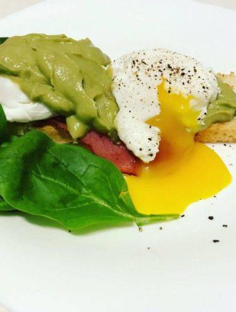 Ouă poșate, maioneză de avocado, bacon și salată. Un fel de Benedict, pentru micul dejun
