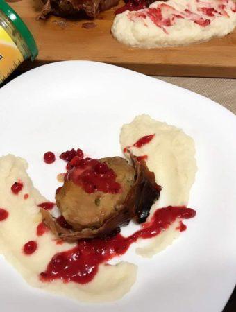 Mușchi de porc cu bacon și sos de coacăze roșii