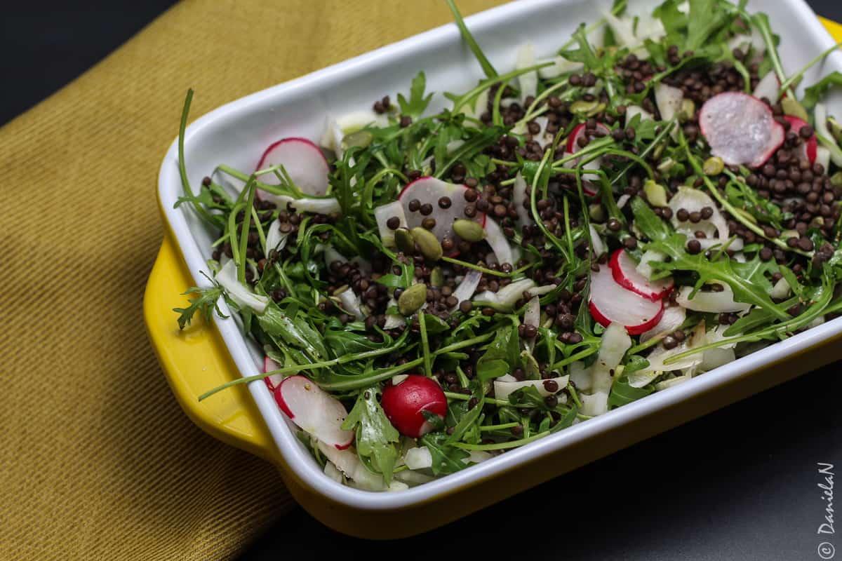 salata de rucola cu fenicul, ridichi si linte neagra